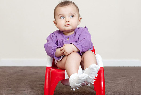 Mẹ cần theo dõi và quan tâm thường xuyên đến trẻ để tránh tình trạng táo bón ở trẻ