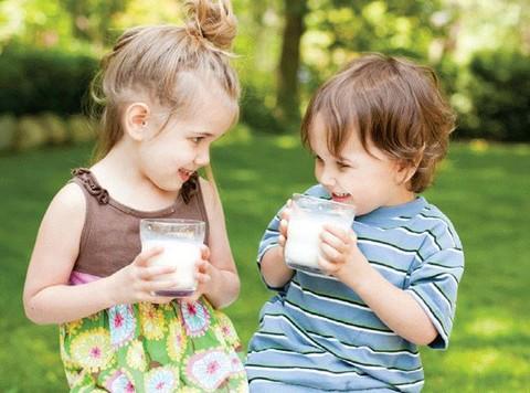 Giúp trẻ tăng chiều cao với sữa tươi và sữa Dielac Grow
