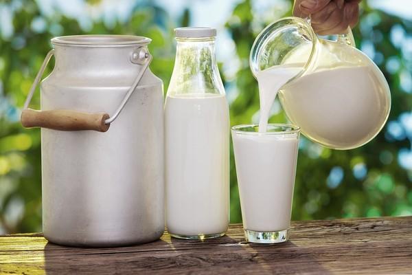 Nên cho trẻ uống sữa tách béo