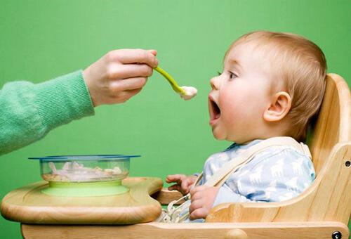 Chăm sóc hệ tiêu hóa cho trẻ từ 0 đến 6 tháng tuổi