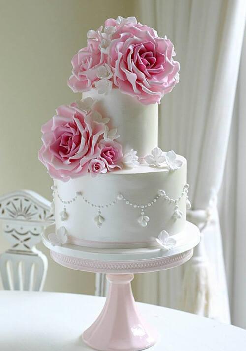 bánh cưới trắng muốt cho ngày cưới thêm thanh thoát