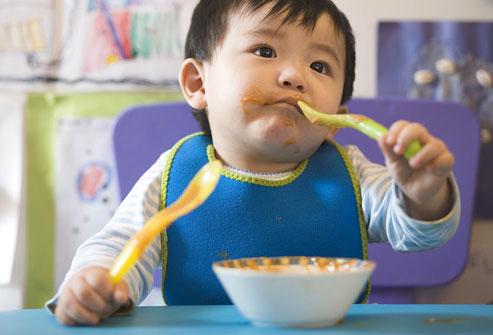 Cho trẻ ăn dặm đúng cách giúp cung cấp đầy đủ chất dinh dưỡng cho con