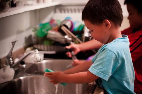Tập cho bé tự rửa chén