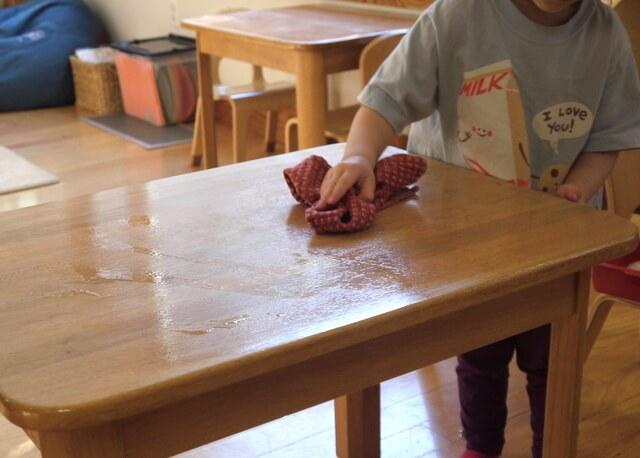 Cho bé lau dọn bàn sau khi ăn xong
