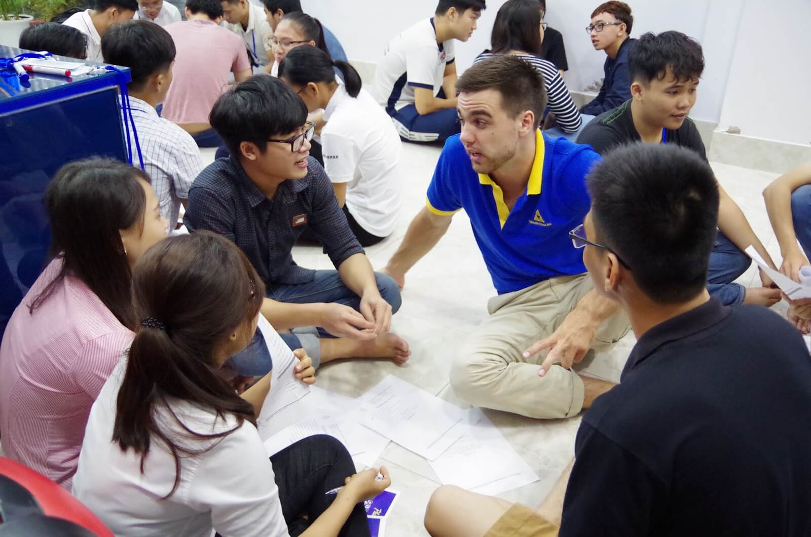 Tham gia CLB tiếng Anh sẽ cải thiện được mối quan hệ xã hội tốt hơn.