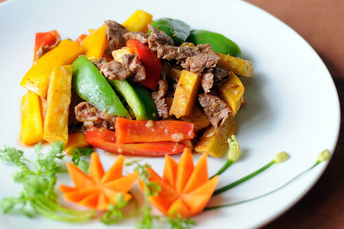 Thịt bò xào khoai tây giúp bé tăng cân tốt