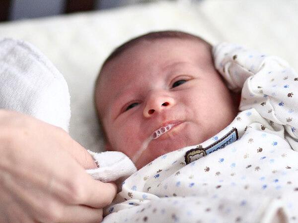 Hướng dẫn cách chăm sóc trẻ sơ sinh bị nôn trớ