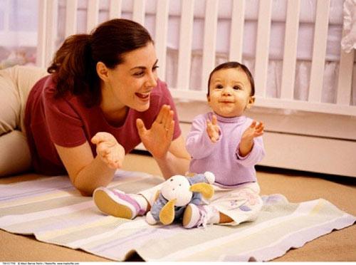 Mẹ làm trò với bé giúp bé thông minh