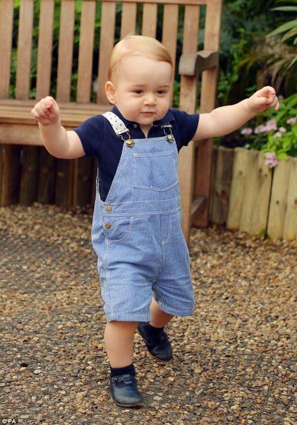 Ở giai đoạn này, bé có thể tự đứng và tập đi một vài bước