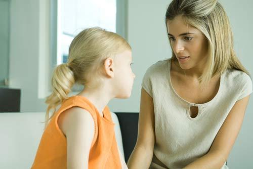 Mẹ trò chuyện và lắng nghe để hiểu trẻ