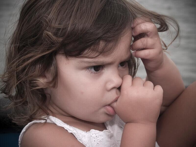 Tại sao trẻ lại thích mút ngón tay?