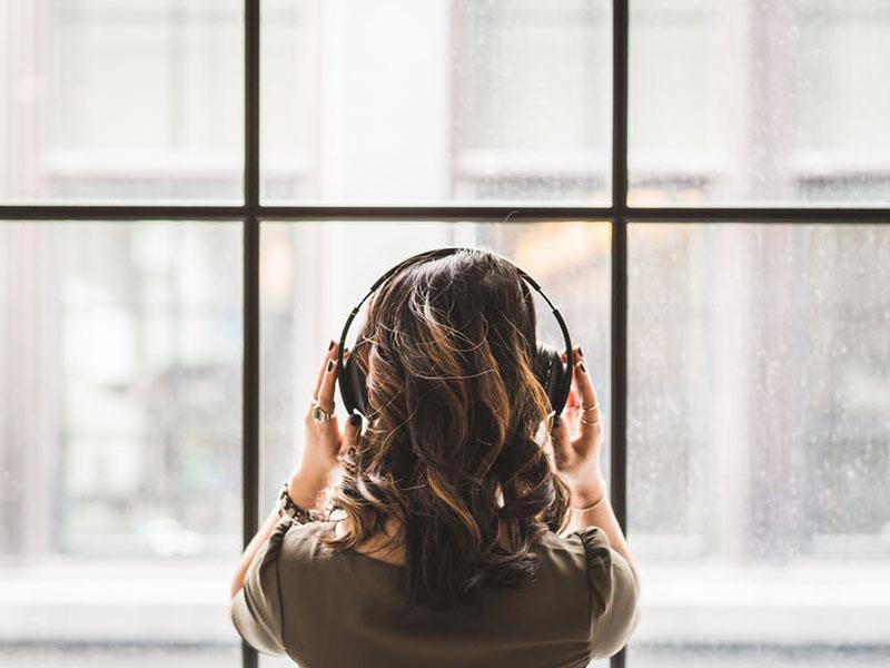 Phương pháp dạy tiếng Anh cho người đi làm qua bài hát và phim ảnh